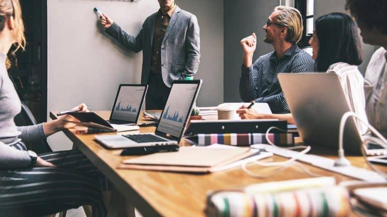 Abfindung – Büro Meeting Brainstorming